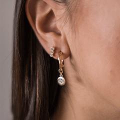 Argola-dourada-com-pingente-de-coracao-de-zirconias-brancas